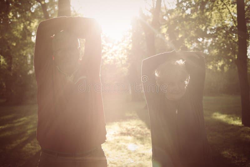 Тренировка старших пар ослабляя и работая совместно в p стоковая фотография