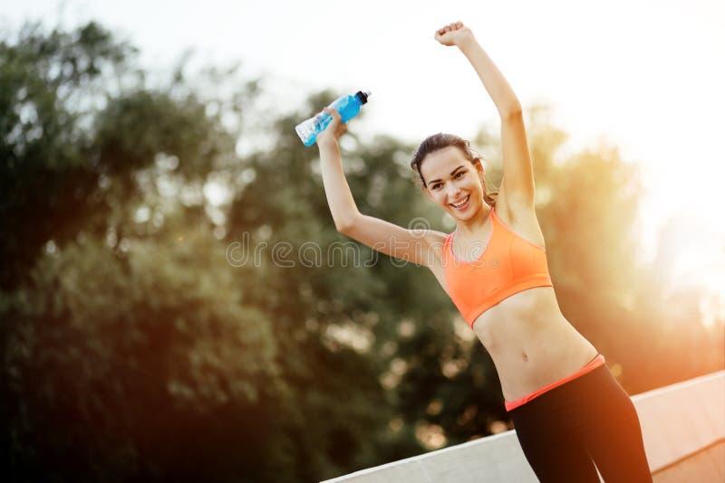 Тренировка счастливой спортсменки законченная стоковое фото