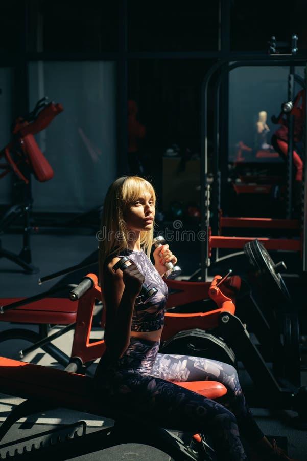 Тренировка с тренером E Разминка женщины в спортзале o Спорт и стоковое фото rf