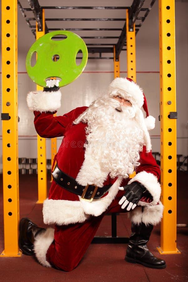 Тренировка физического состояния Санта Клауса перед временем Christams стоковая фотография
