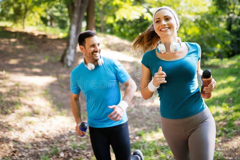 Тренировка фитнеса для пар в снаружи любов стоковая фотография