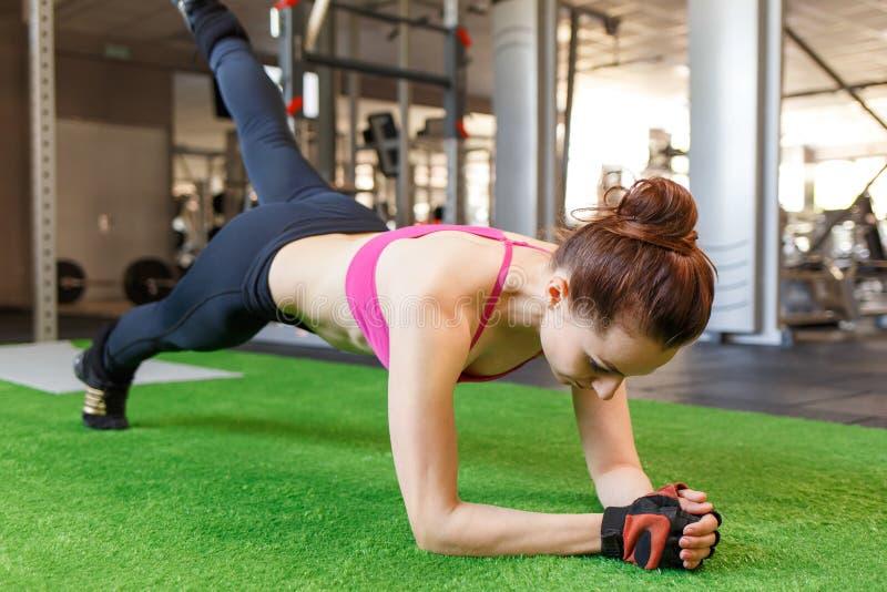 Тренировка фитнеса женщины Crossfit в спортзале стоковая фотография rf