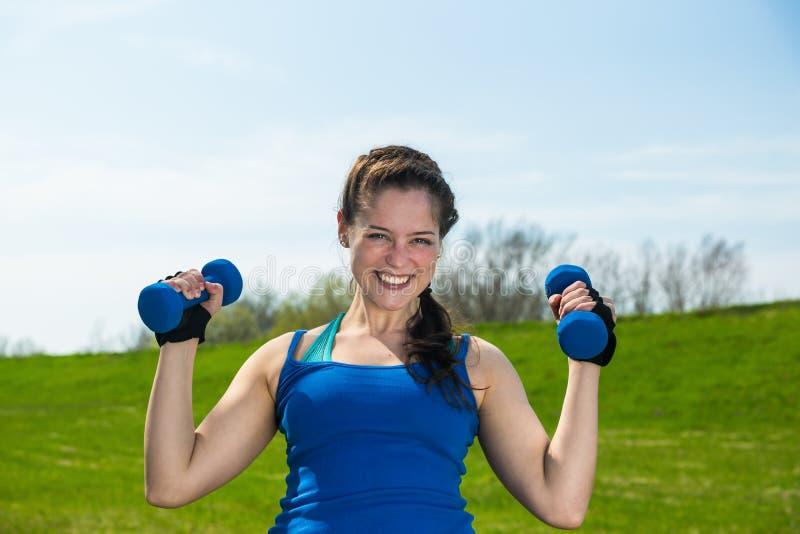 Тренировка фитнеса с 2 гантелями стоковые фотографии rf