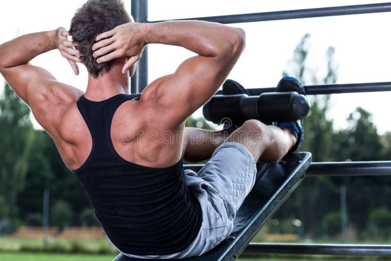 Тренировка человека на внешнем спортзале стоковая фотография rf