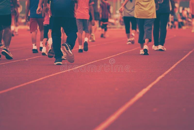Тренировка людей идя & x28; винтажное style& x29; стоковая фотография