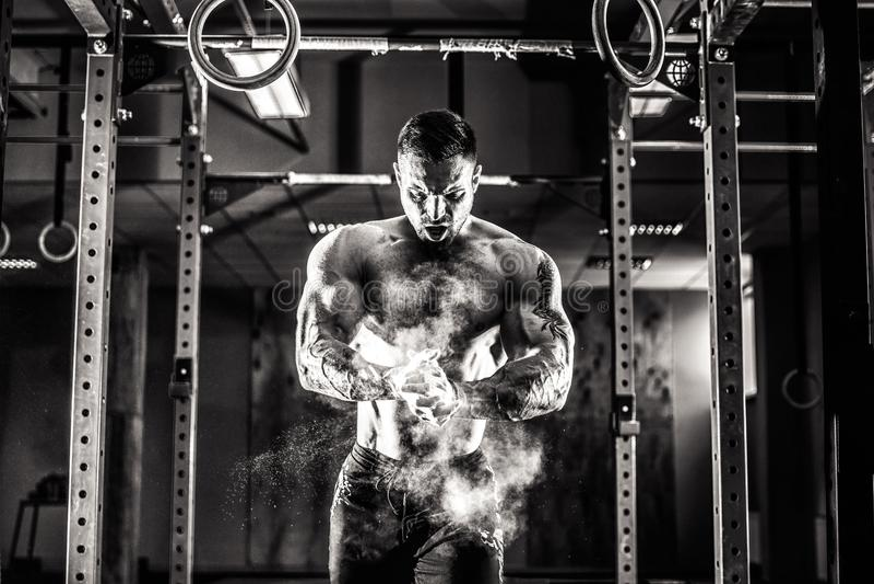 Тренировка crossfit молодого спортсмена практикуя стоковая фотография