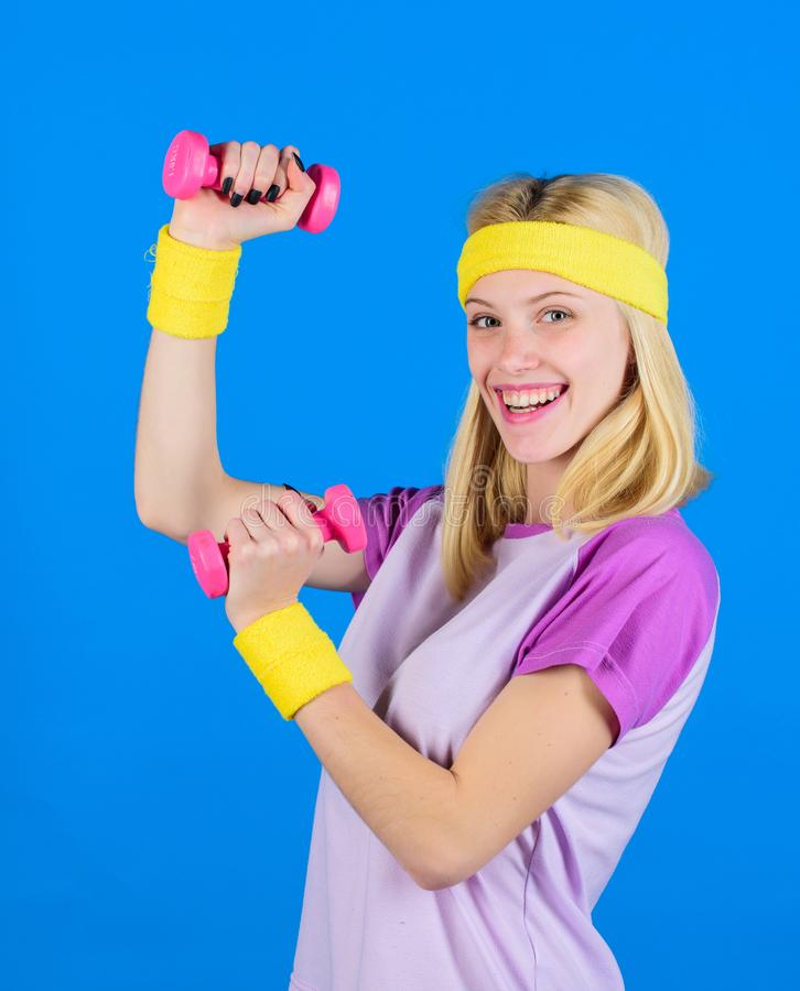 Тренировки гантели Beginner Окончательная разминка верхнего тела для женщин Синь гантели владением инструктора фитнеса маленькая стоковое изображение rf