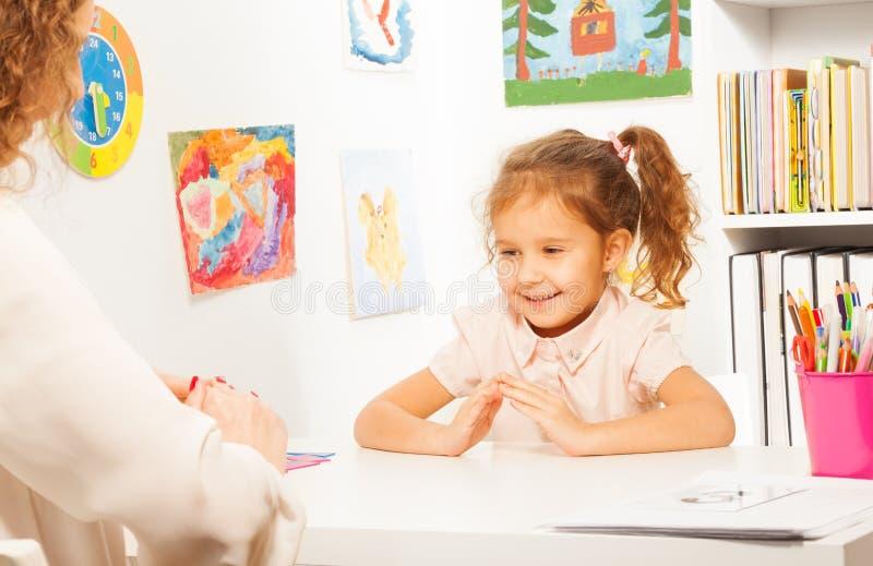 Тренировки школьницы кладя пальцы любят учитель стоковые изображения rf