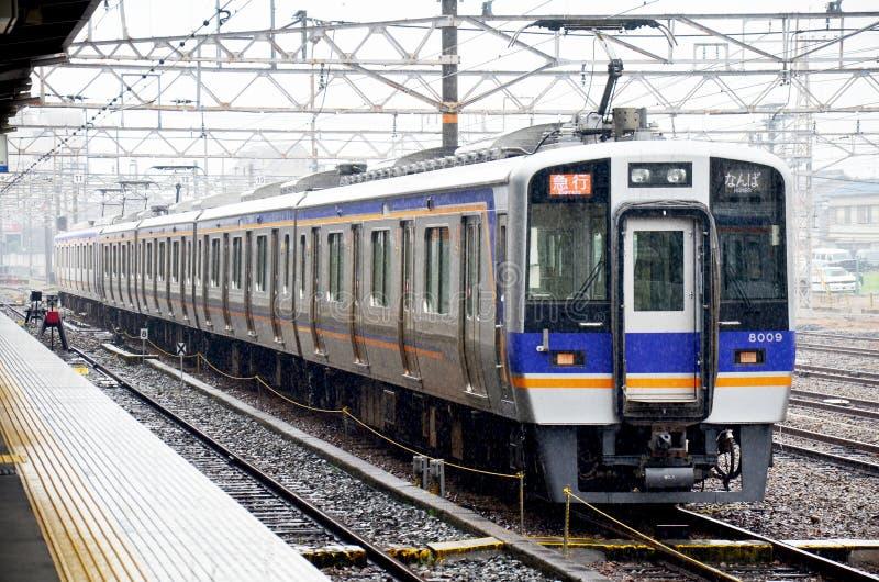 Тренирует останавливать на железнодорожном вокзале Wakayama пока идущ дождь время стоковое изображение