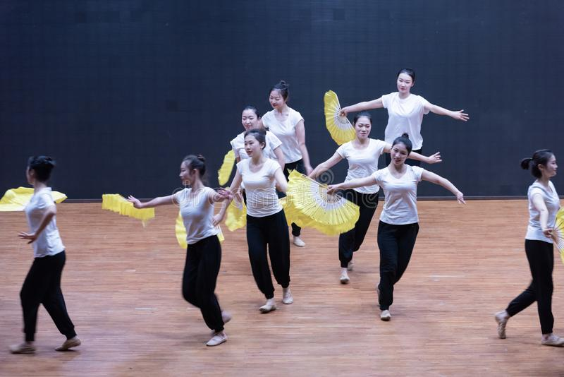 Тренируя одежды дуют танец рудоразборки 1-Tea - уча репетицию на уровне отдела танца стоковая фотография rf