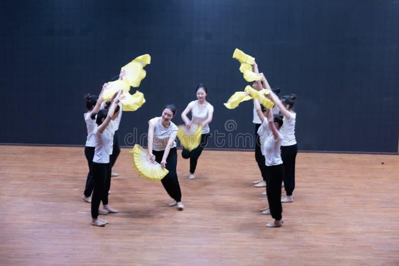Тренируя одежды дуют танец рудоразборки 2-Tea - уча репетицию на уровне отдела танца стоковое изображение