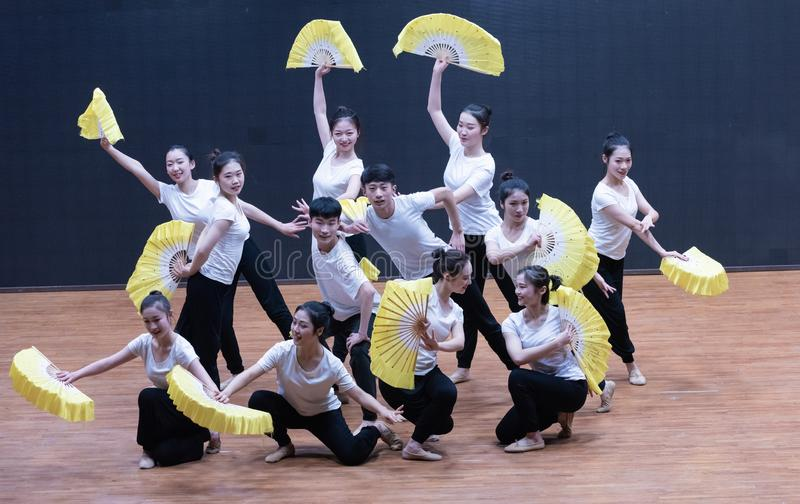 Тренируя одежды дуют танец рудоразборки 2-Tea - уча репетицию на уровне отдела танца стоковое фото rf