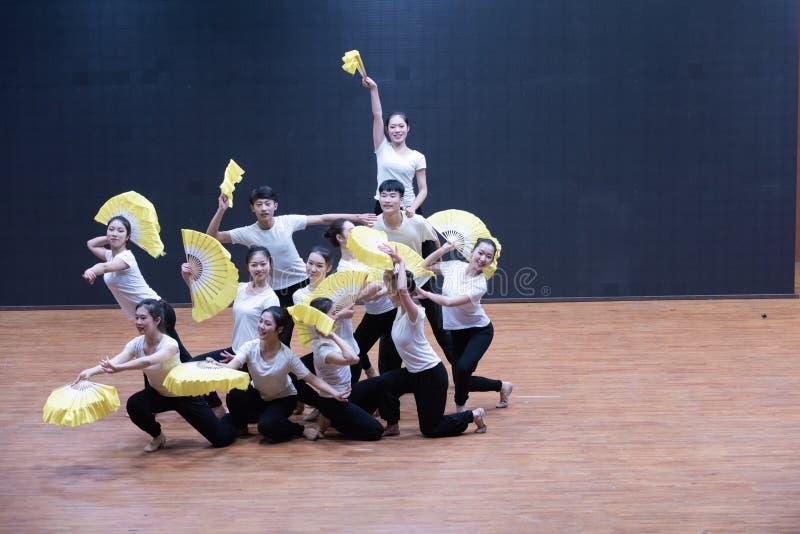 Тренируя одежды дуют танец рудоразборки 3-Tea - уча репетицию на уровне отдела танца стоковые изображения