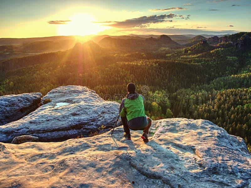 Тренога владением фотографа природы с камерой Человек на восходе солнца стоковое фото rf