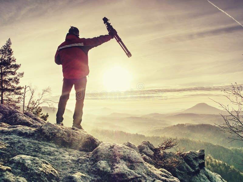 Тренога владением человека Hiker восхищая сногсшибательную горную цепь стоковое фото