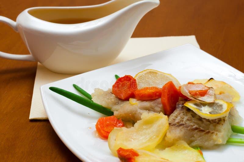 Треска испеченная с овощами стоковая фотография rf
