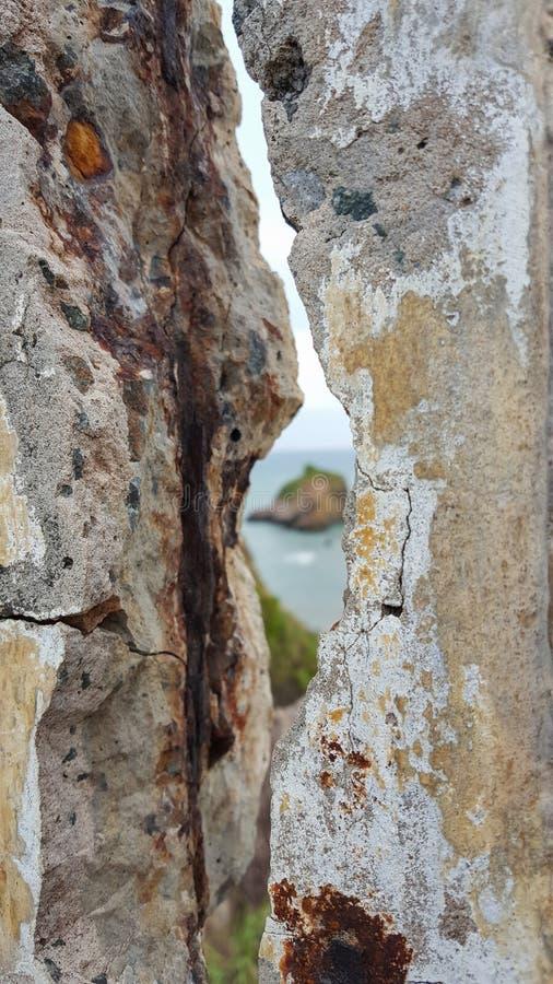 Тресните в покинутой стене, смотря малый остров в lanta Таиланде Ko стоковое изображение rf