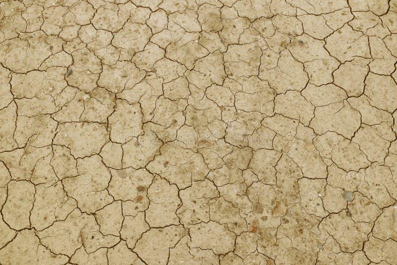Треснутая, высушенная земля желта Пустыня без воды Засушливая земля Жажда для влаги на безжизненном космосе Экологическое situa стоковые изображения