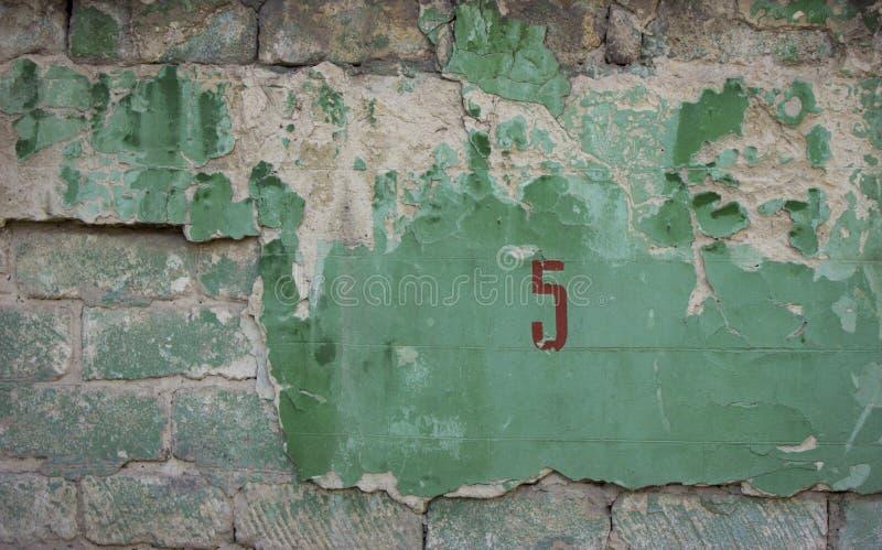 Треснутая конкретная старая зеленая кирпичная стена может использовать для предпосылки стоковое изображение rf