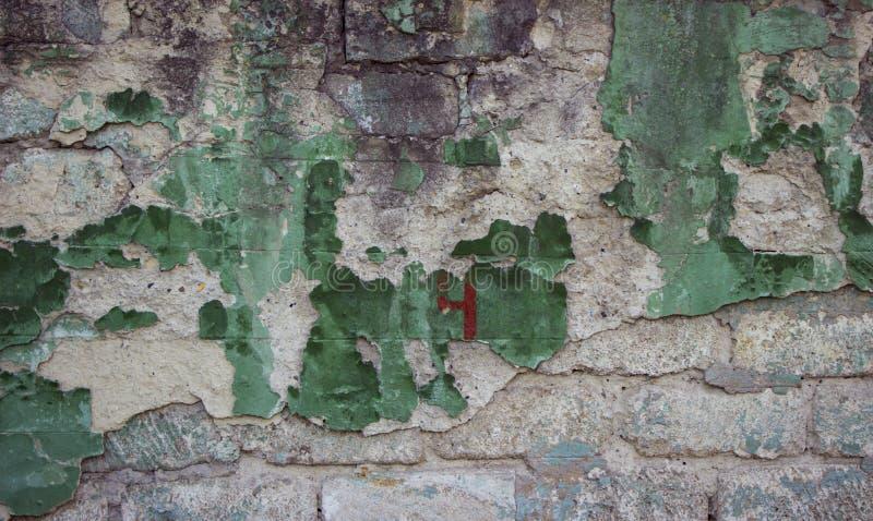 Треснутая конкретная старая зеленая кирпичная стена может использовать для предпосылки, n стоковая фотография rf