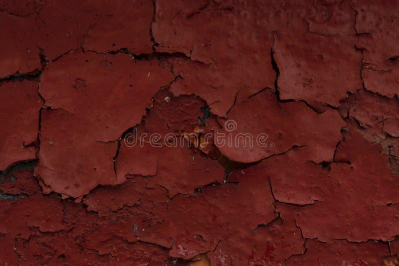 Треснутая краска на стене Старая предпосылка стены Firebrick стоковое изображение