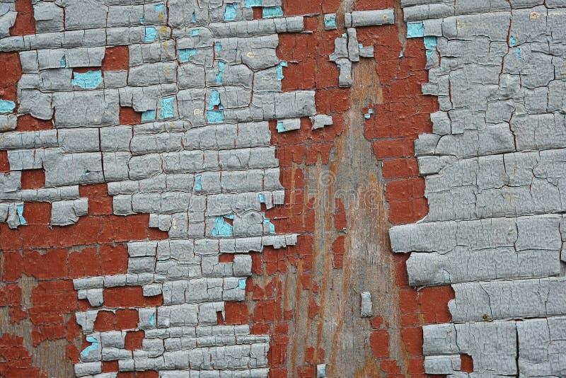 Треснутая серая краска на старой переклейке Справочная информация стоковые фотографии rf