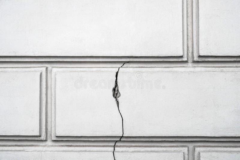 Треснутая стена, строя проблемы - концепции дефектов конструкции стоковые фотографии rf