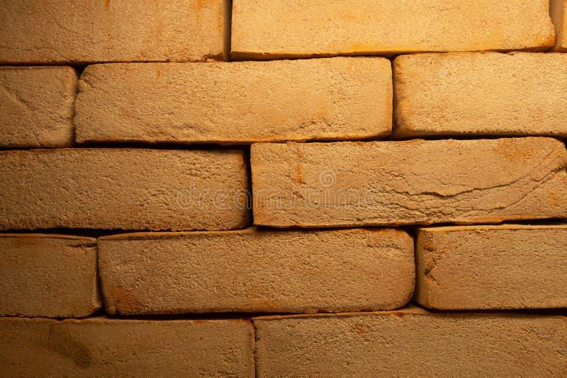 Треснутая темнота - красная старая текстура кирпичной стены Поврежденная предпосылка Брайна абстрактная пустая Stonewall Разорите стоковое фото