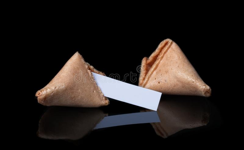 Треснутая удача Cookiei solated на черной предпосылке стоковая фотография