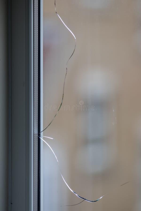 треснутое окно Сломленная стеклянная форточка в двойном остеклении стоковые изображения rf