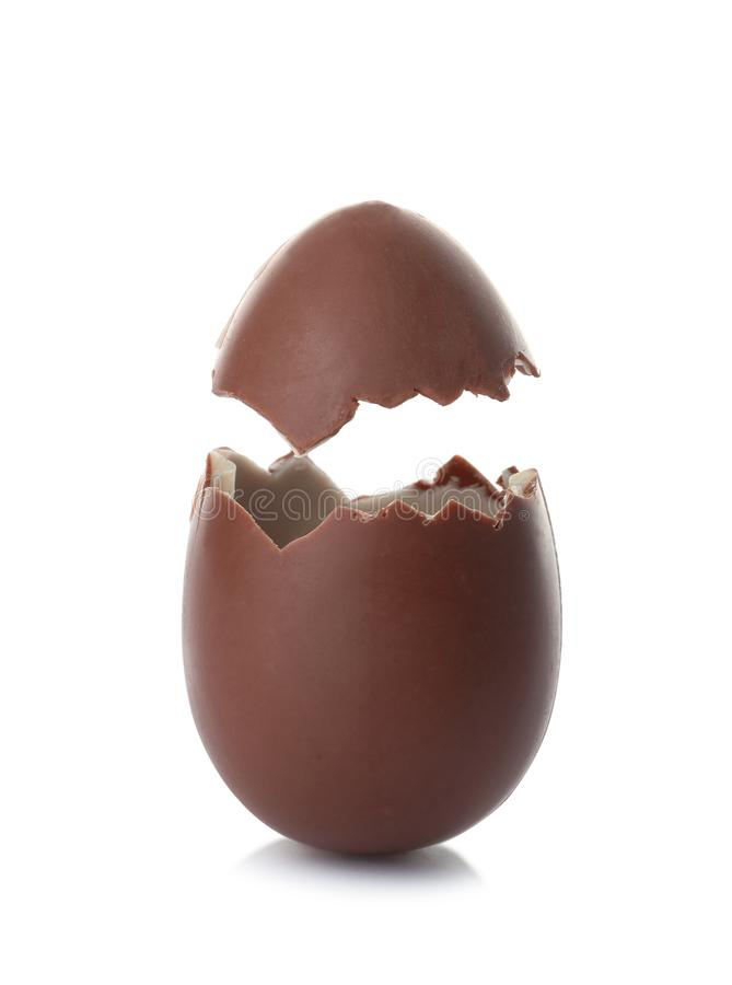 Треснутое пасхальное яйцо шоколада стоковые фотографии rf