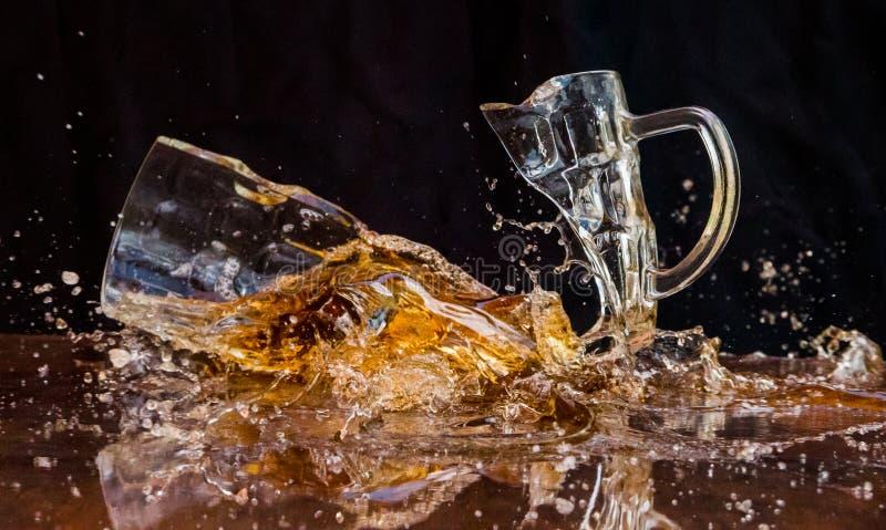 Треснутое стекло пива стоковые изображения