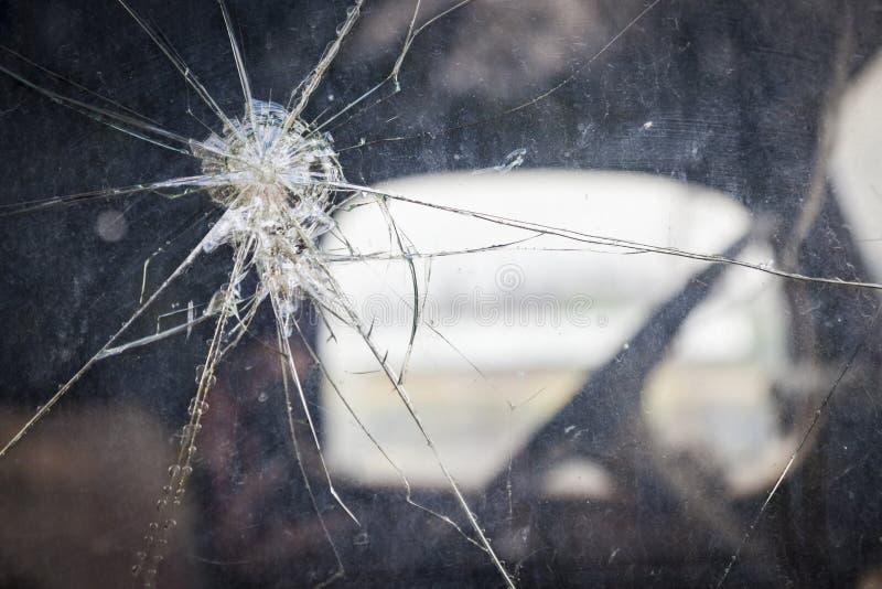 Треснутое стекло окна на античном конспекте тележки стоковая фотография rf