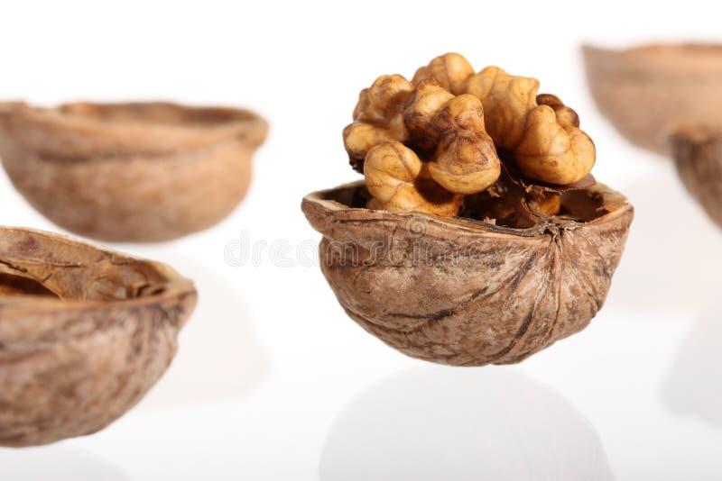 треснутые грецкие орехи группы стоковая фотография rf