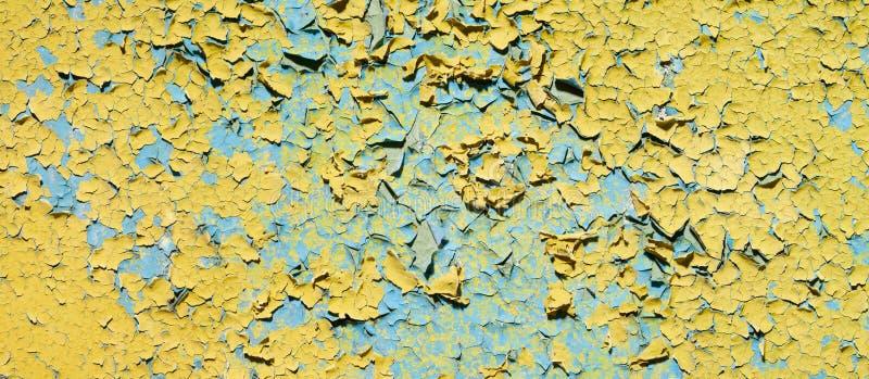 треснутые пакостные старые руины огораживают желтый цвет стоковая фотография