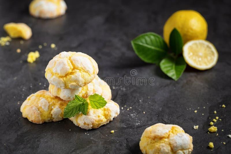 Треснутые печенья лимона crinkle, на темной предпосылке стоковые фото