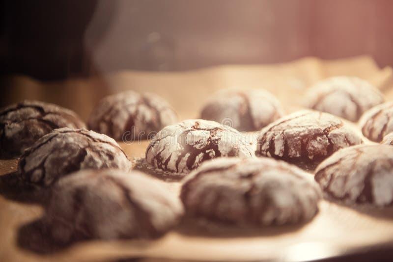Треснутые печенья печенья шоколада стоковая фотография