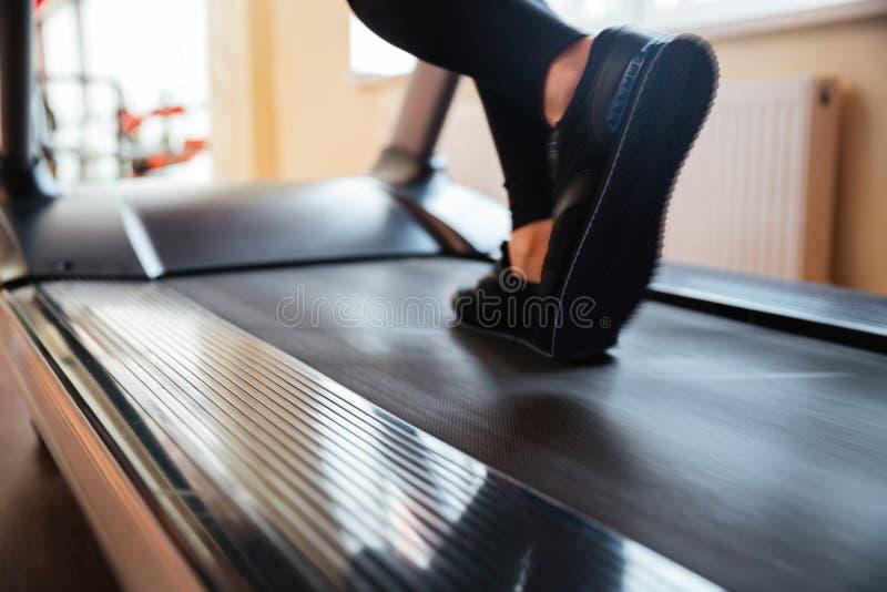 Третбан используемый спортсменкой для бежать в спортзале стоковые фотографии rf