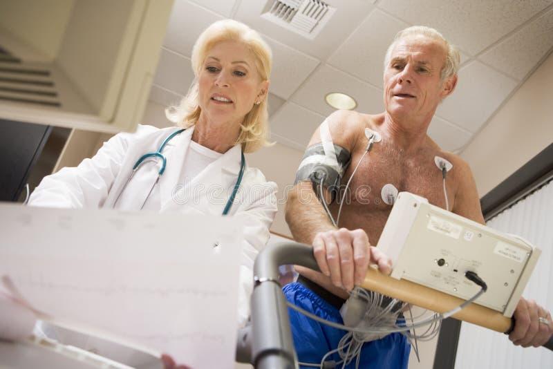 третбан пациента доктора стоковое фото