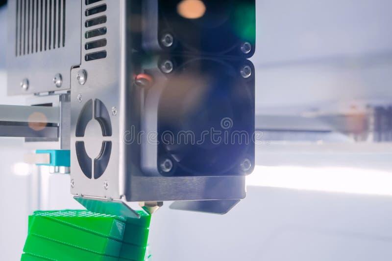 Трехмерная печатная машина печатает физическую модель 3D стоковое фото rf