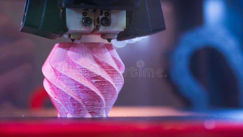 Трехмерная печатная машина печатает физическую модель 3D стоковые изображения rf