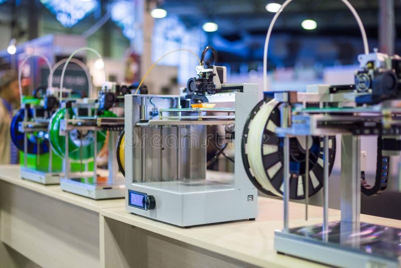 Трехмерные принтеры 3D во время работы на современной выставке технологии стоковое фото