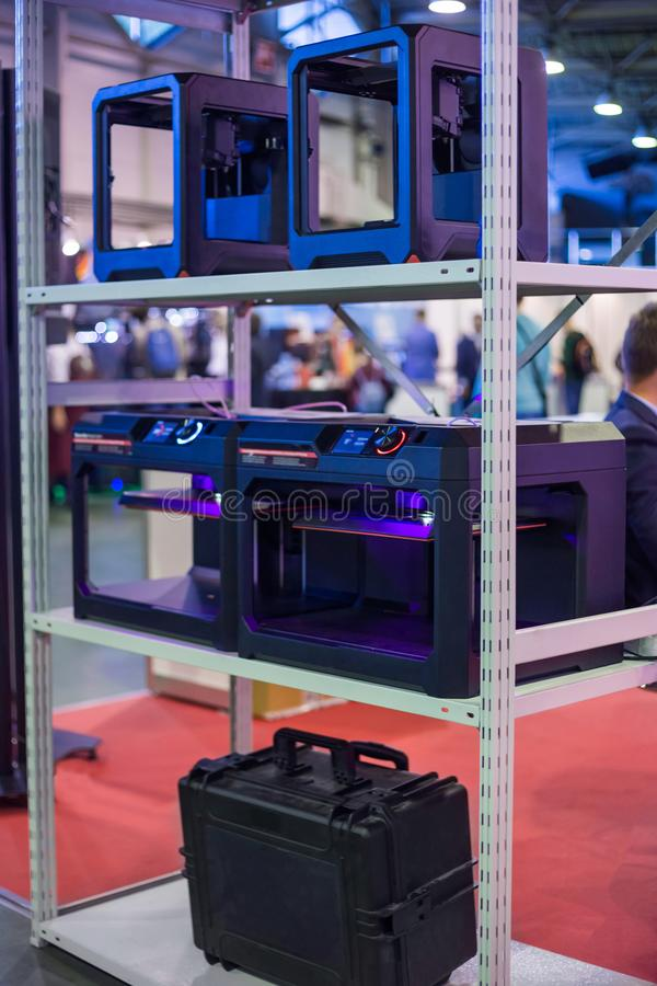 Трехмерные принтеры 3D во время работы на современной выставке технологии стоковые изображения rf