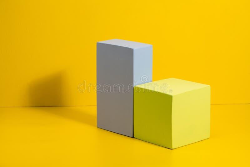 Трехмерные твердые формы на покрашенной бумаге стоковое изображение rf