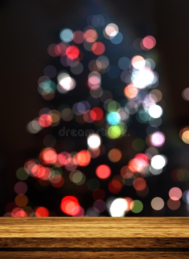 Трехмерный деревянный стол, смотрящий на свернутую рождественскую елку стоковая фотография rf