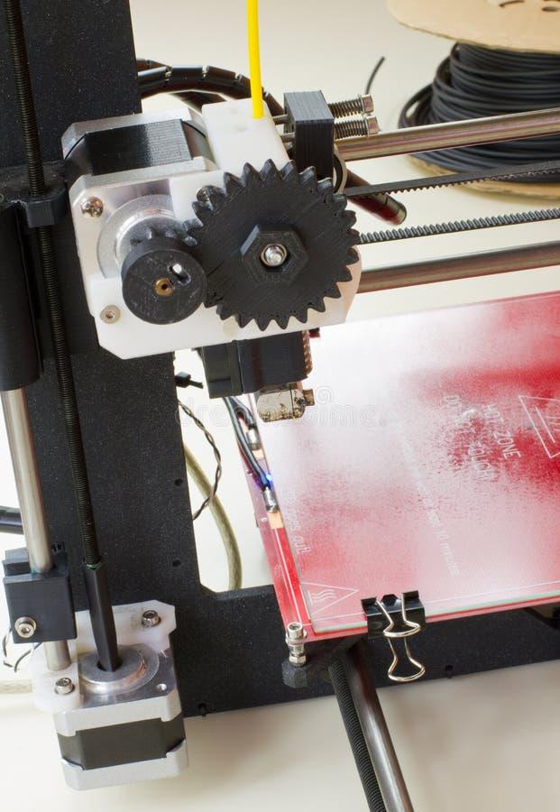 Трехмерный принтер в действии стоковое фото rf