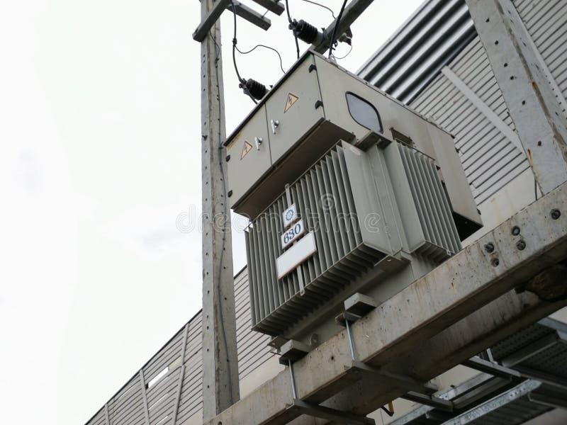 Трехфазный трансформатор электрического тока 630 kVA стоковое фото