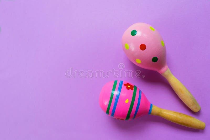 Трещотки красочных детей деревянные на розовой предпосылке стоковые фотографии rf