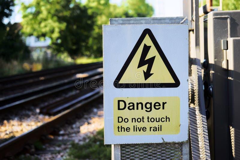 триангулярный желтый знак опасности удара током стоковые фотографии rf