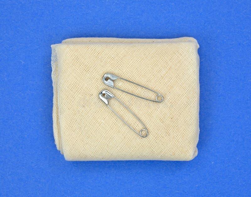 Download Триангулярная повязка муслина с крепежными деталями Стоковое Изображение - изображение насчитывающей оборудование, стерильно: 41661981